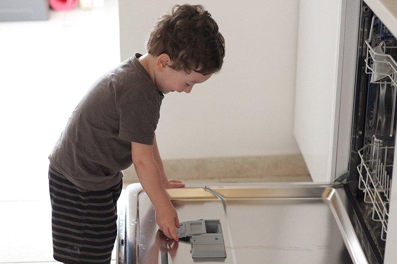 La mamma casalinga e la lavastoviglie Cesare