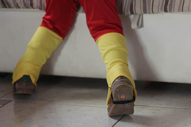 Costume di carnevale flash per bambini dettaglio copriscarpa
