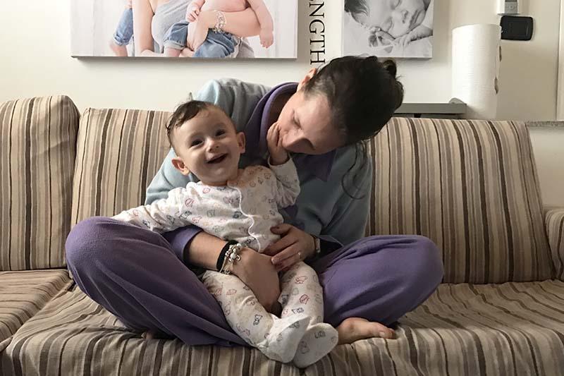 la mamma con il pigiama e il suo bimbo
